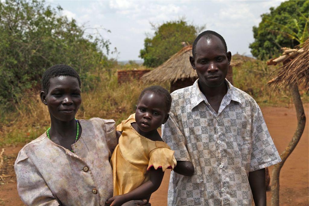 Grace Apoo, Francis Ogwal ja heidän tyttärensä Dorin Ayo viettävät rauhallista maalaiselämää entisessä sisällissodan etulinjassa.