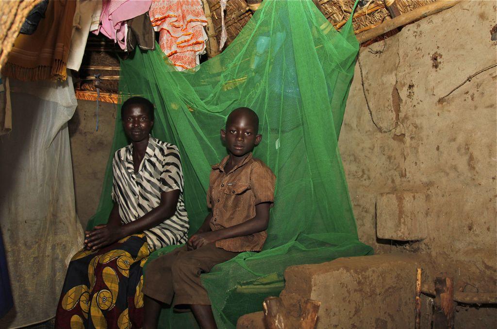 Shara Aceng ja hänen kolme tytärtään onnistuivat pakenemaan, kun LRA hyökkäsi heidän kotiinsa. Seitsemänvuotias pikkuveli Innocent Okello syntyi pakolaisleirillä.