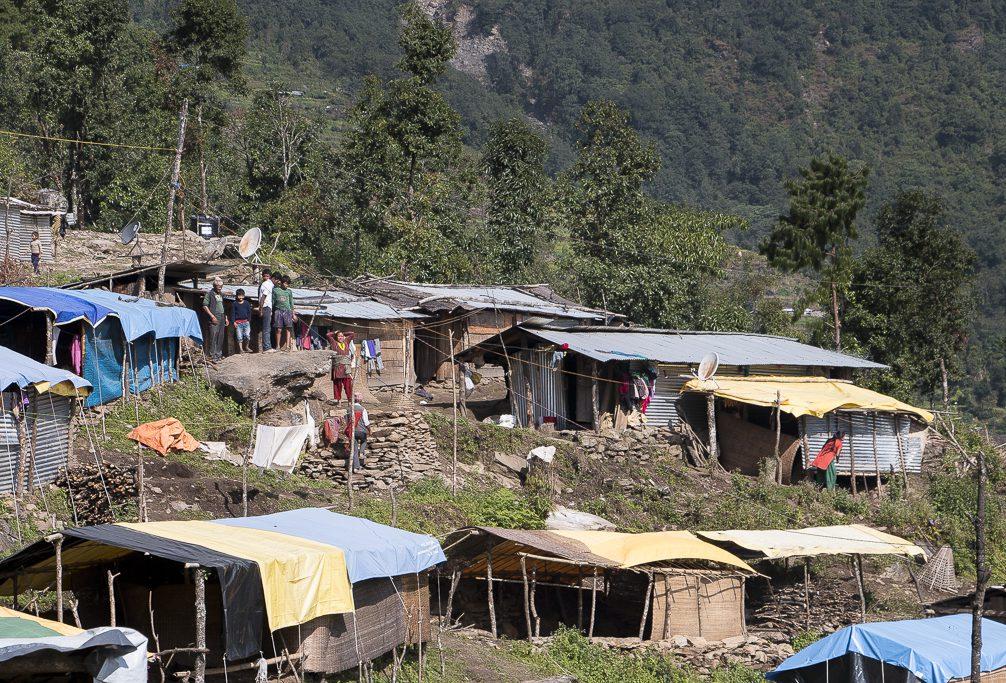 Dolakhan maakunnassa järistykset ja maanvyöryt tuhosivat kokonaisia kyliä, joiden asukkaat jouduttiin asuttamaan tilapäisiin siirtokuntiin.