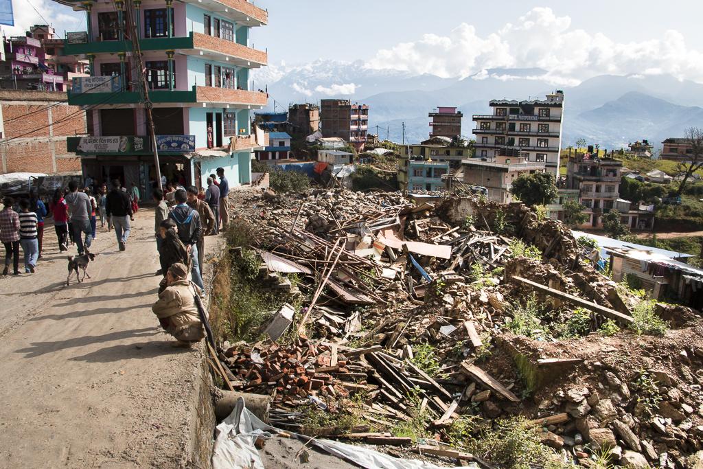 Charikot on Dolakhan maakunnan pääkaupunki. Osa keskustan taloista romahti, osa vaurioitui korjaus-kelvottomaksi.