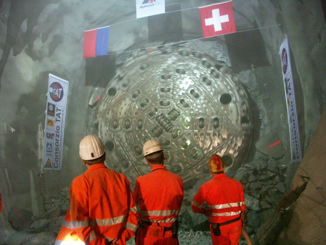 BM-kone Gotthardin rautatietunnelin työmaalla Sveitsin alppien alla.