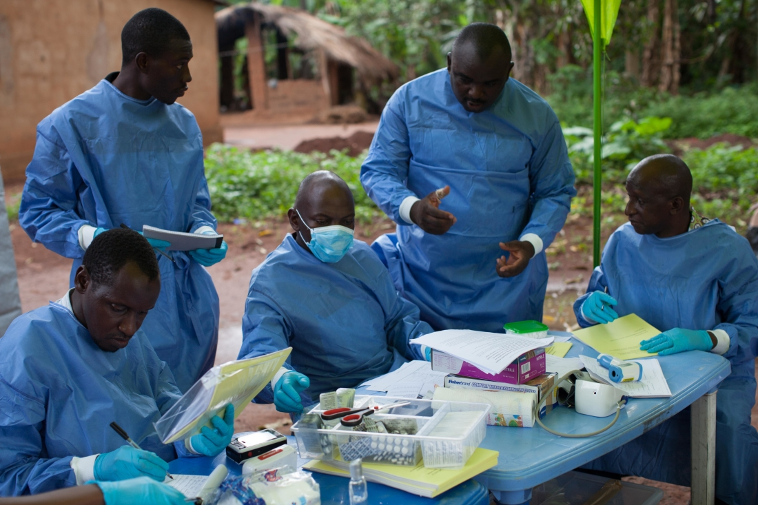WHO:n rokotustutkijat tekevät kenttäkokeita Guinean Katongouroussa. Kuva: WHO / S. Hawkey