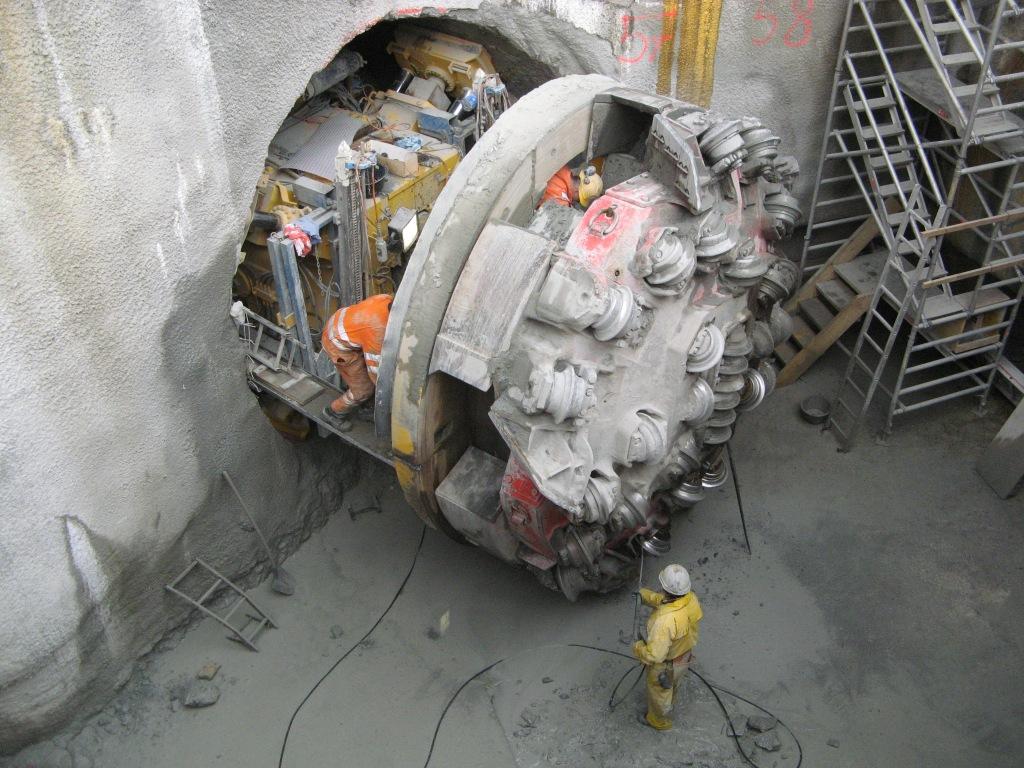 TBM-kone Sveitsin Luzernissa. Porauspään takana on säiliö murskatulle kiviainekselle, joka ohjataan kourujen ja liukuhihnojen avulla koneen taakse.