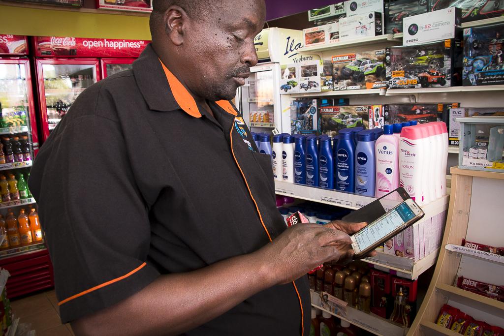 M-Pesa-maksutapahtuma huoltoasemalla Keniassa