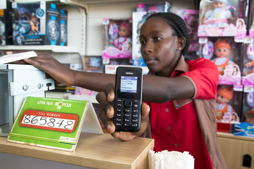 Huoltoaseman myyjä sai GSM-puhelimensa tiedon M-Pesa-mobiilimaksun saapumisesta