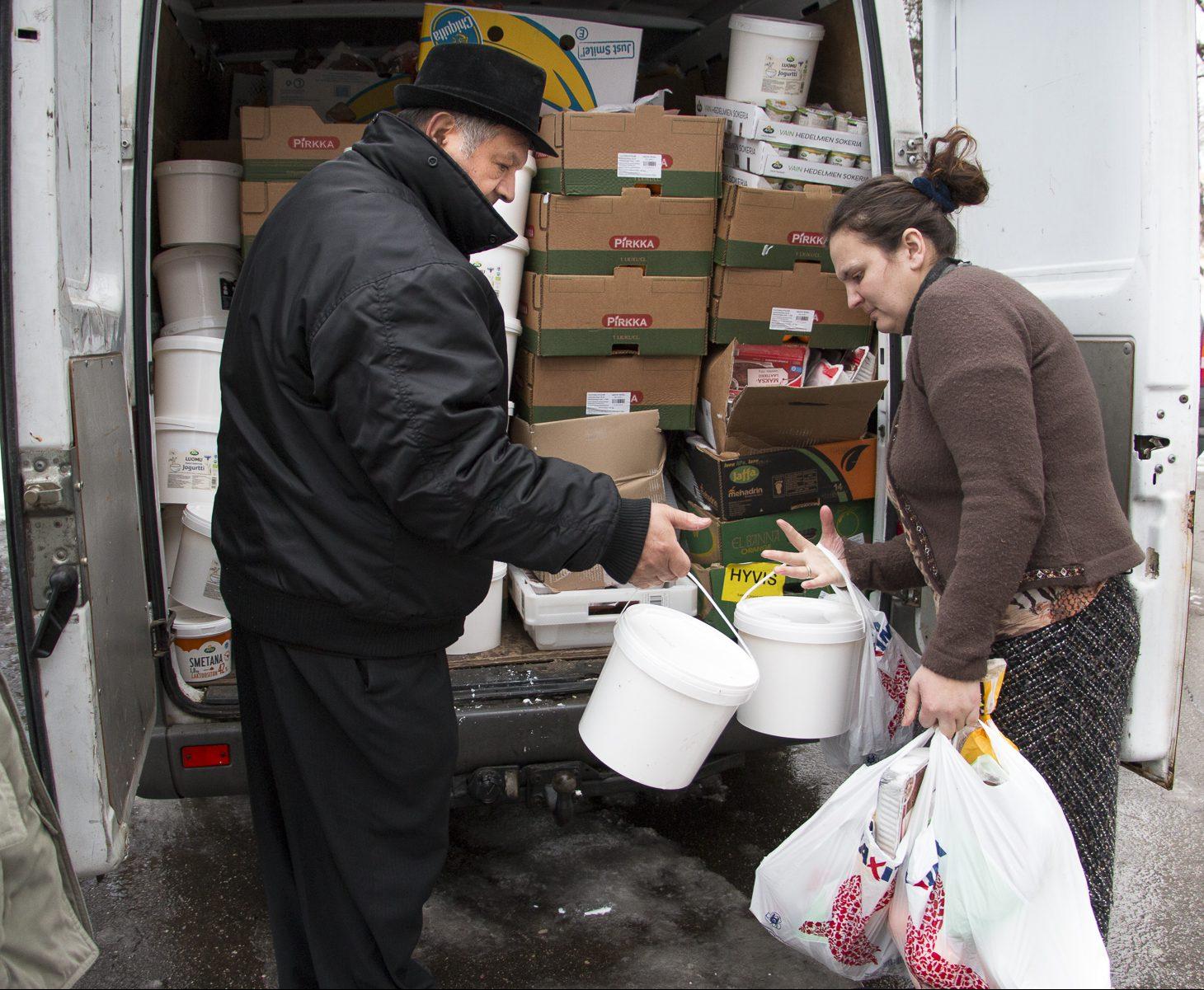 Allan Palm jakaa ruoka-apua pakettiauton kontista Latviassa.