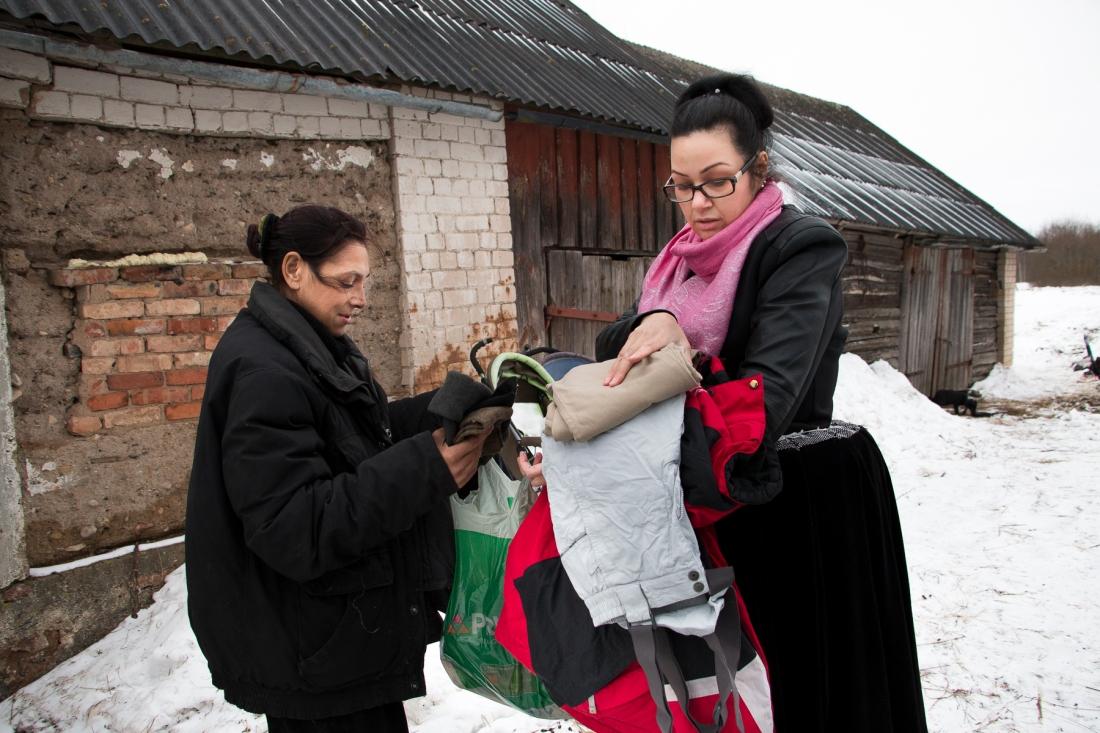 Paula Blomerus lahjoittaa 13-lapsiselle perheelle talvivaatteita