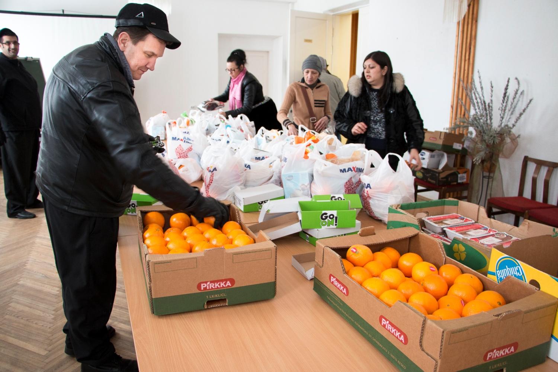 Nokialainen autokorjaamoyrittäjä Henry Koivisto järjestelee ruokajakelua latvialaisen Helluntaikirkon aulassa.