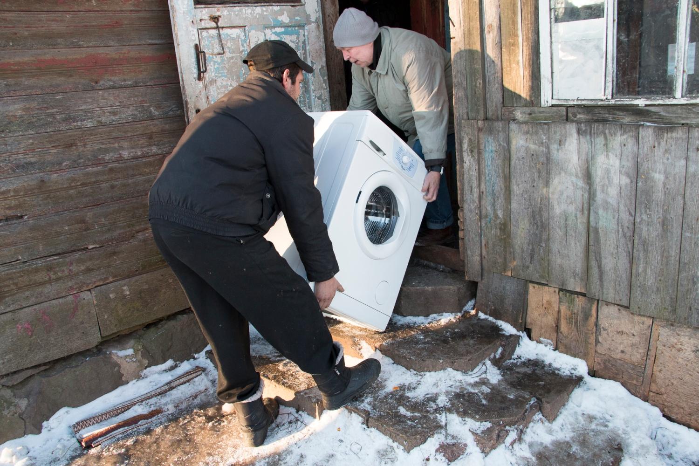 13-lapsinen romaniperhe saa suomalaisilta vierailtaan uuden pesukoneen.