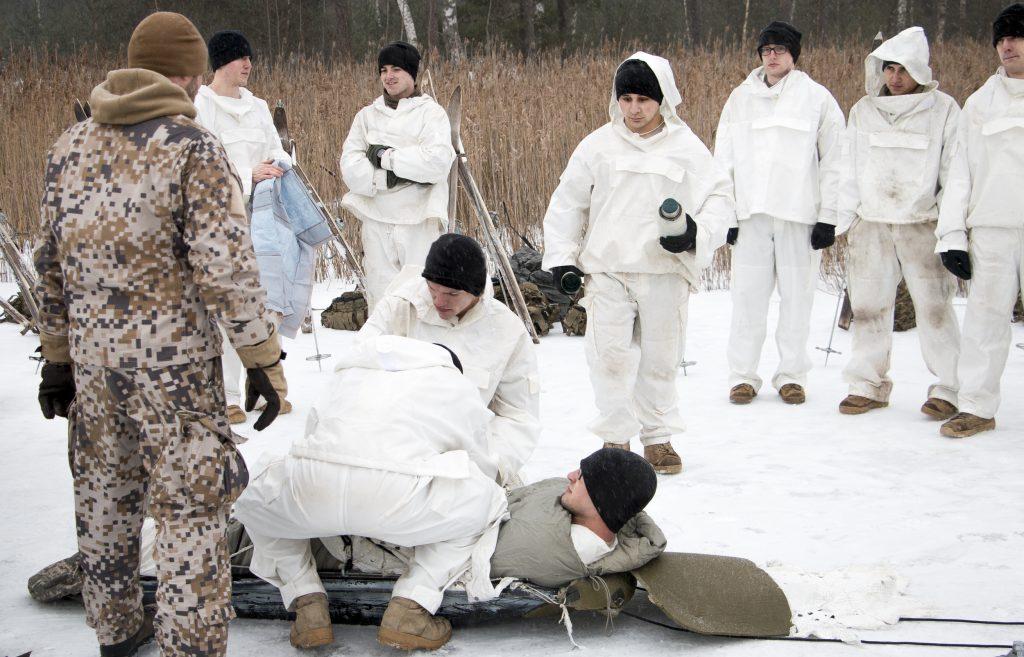 Yhdysvaltojen joukot harjoittelevat talvisodankäyntiä Latviassa. Jäihin pudonnut pakataan ahkioon evakuointia varten.