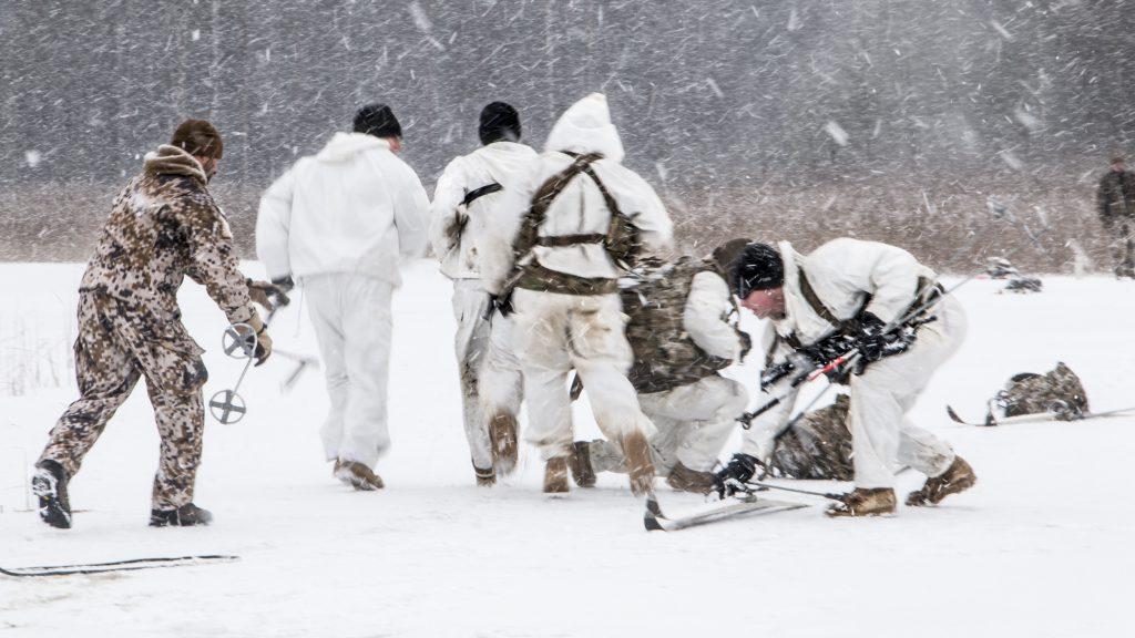 Yhdysvaltojen joukot harjoittelevat talvisodankäyntiä Latviassa.