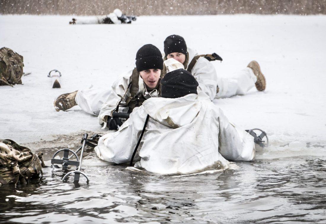 Yhdysvaltojen joukot harjoittelevat talvisodankäyntiä Latviassa. Jäihin pudonnut pelastetaan avannosta.
