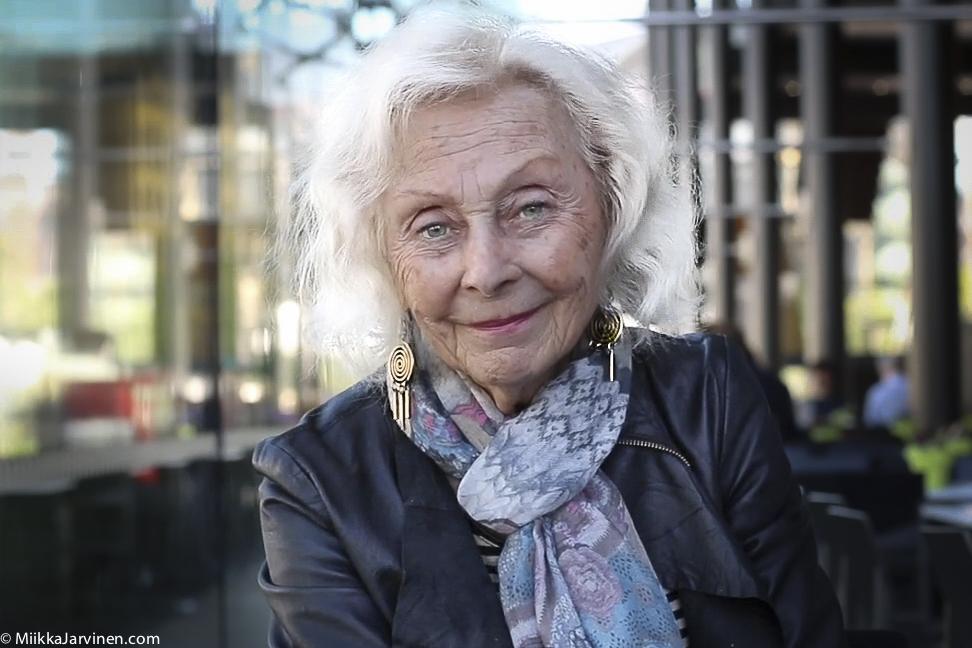 Näyttelijä Seela Sella lausuu Lauri Viidan runon Luominen. Kuva: Miikka Järvinen, Musiikkitalo, Helsinki 2017.