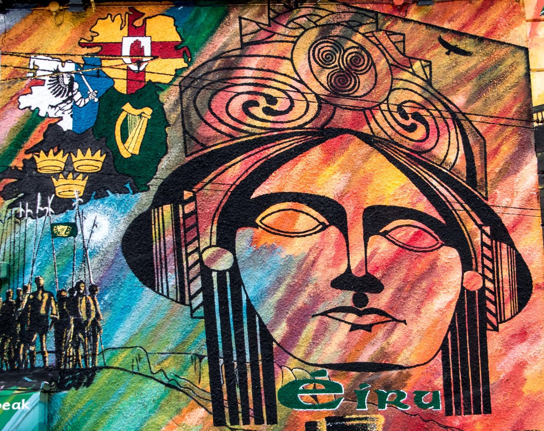 Katolisten nationalistien seinämaalaus Falls Roadilla. Ulster eli Pohjois-Irlanti on maalattu osaksi Irlannin tasavaltaa.