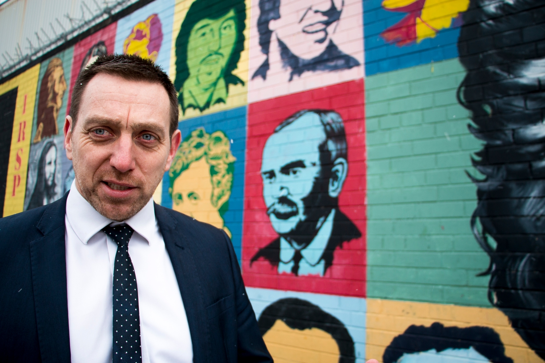 Padraig Ó Muirigh esittelee katolisen Belfastin katutaidetta, jonka suosittuihin teemoihin kuuluvat vuoden 1981 nälkälakossa menehtyneet IRA-sissit ja muut tasavaltalaiset marttyyrit.