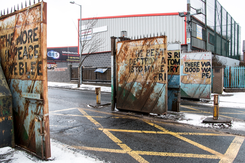 Länsi-Belfastin katolisten ja protestanttien asuinalueita erottaa korkea aita, jonka portit suljetaan yöksi.